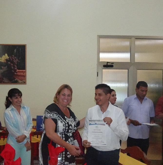 Los estudiantes colombianos recibieron sus certificados de manos de profesores del curso y directivos de la Universidad.