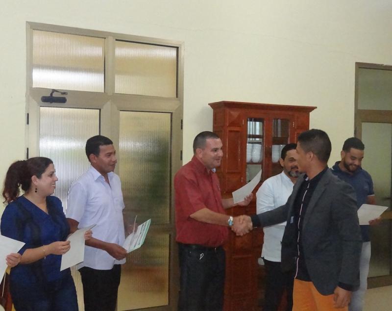 Los estudiantes colombianos recibieron sus certificados de manos de profesores del curso y directivos de la Universidad
