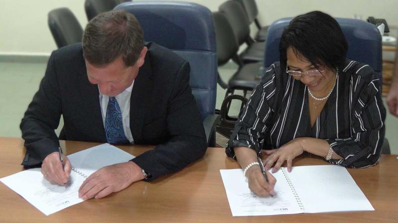 El Dr.C. Vladimir Vasilyev y la Dra.C. Miriam Nicado García firman convenio de colaboración.