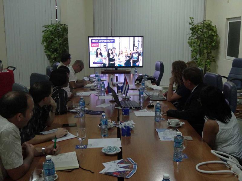 Participantes en la presentación de la Universidad Nacional de Investigación de Tecnologías Informáticas, Mecánica y Óptica de San Petersburgo (ITMO).