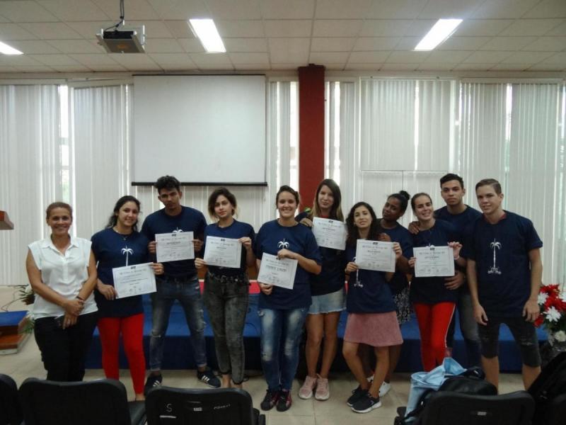 Concursantes de la Facultad 2 ganan XIII Fórum de Historia en la UCI. Contentos los muchachos junto a su Decana.