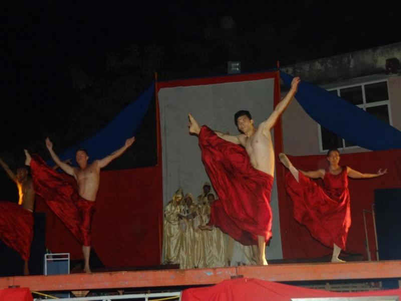 """En la gala cultural el grupo de danza contemporánea """"Espacio Abierto"""" ofreció su arte."""