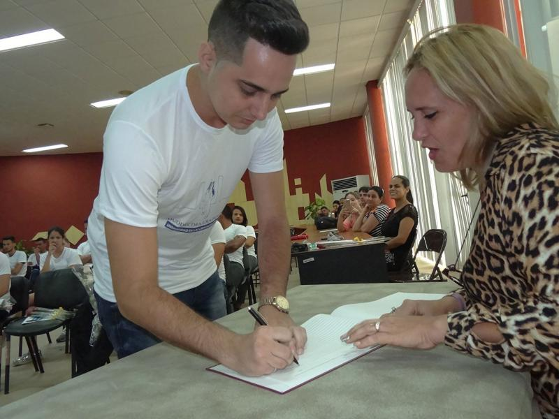 Reinier Suárez Estévez, Título de Oro, firma el Libro de Honor del Graduado.
