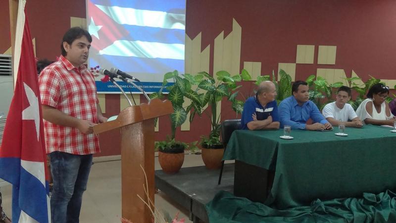 El profesor Yoamel Acosta aconseja a los nuevos graduados la superación constante.