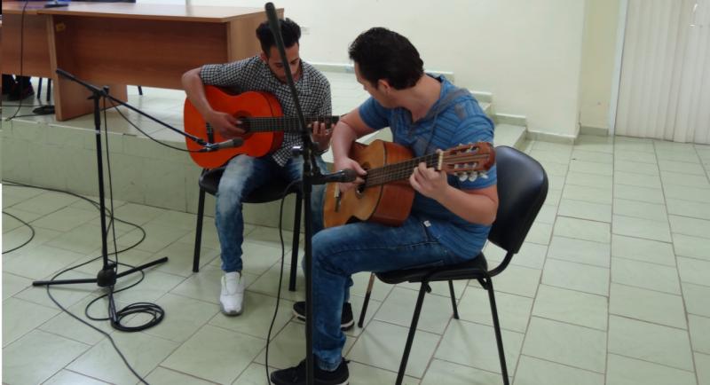 Los artistas aficiondos de nuestra Universidad, Dael David Rodríguez Noa y Ángel Luis Castañeda Zamora, interpretaron una obra a guitarra.
