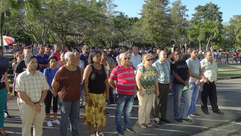 Participantes en el acto de homenaje a José Martí.