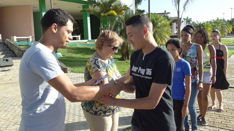 A los nuevos militantes de la UJC les entregaron el carné de la organización.