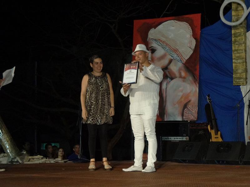 La decana de la Facultad 4, Dra.C. Dunia Colomé Cedeño, en nombre de la Universidad de las Ciencias Informáticas entregó un reconocimiento a Lesmes Larroza González, director de San Alejandro.
