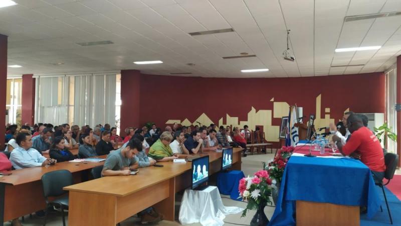 El conversatorio estuvo presidido por el embajador de Venezuela en Cuba, Adán Chávez Frías; el rector de la UCI, Dr.C. Walter Baluja García; el MSc. Silvano Merced Len, secretario general del Comité del Partido y la Dra.C. Dunia Colomé Cedeño, decana de la Facultad 4