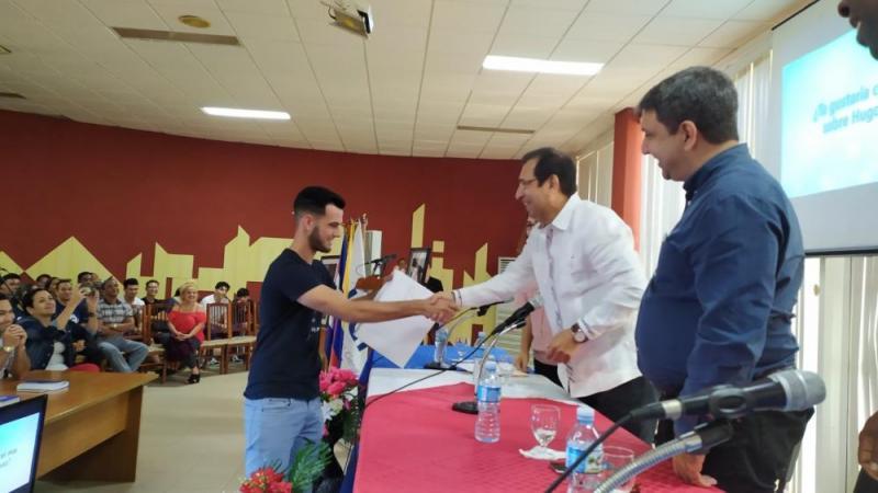 """Durante el encuentro se reconoció al estudiante Eddy Yoel Fresno Hernández de la Facultad 1, quien desarrolló la APK ganadora del concurso """"Chávez, mejor amigo de Cuba"""""""
