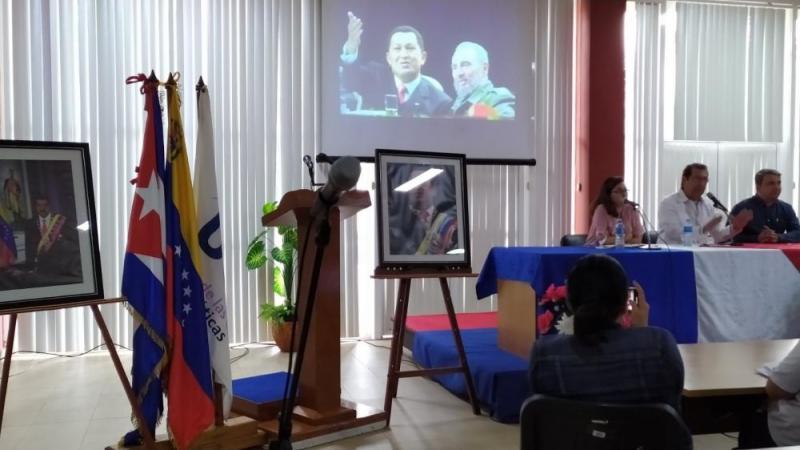 Con un saludo revolucionario el embajador de Venezuela en Cuba se acercó al auditorio, reunido en la Sala de Eventos del docente Camilo Cienfuegos, para trasmitirle sus vivencias sobre uno de los principales impulsores de la integración latinoamericana.