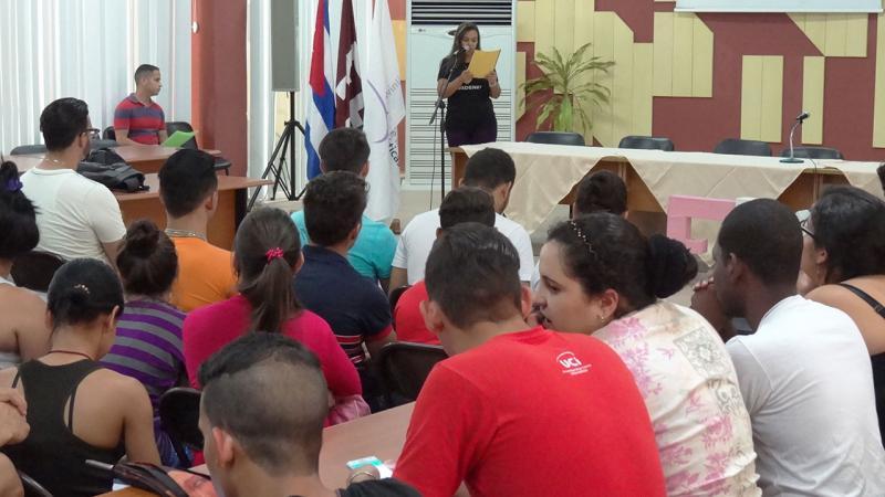 La presidenta de la FEU en la UCI dio la bienvenida a los participantes del evento.