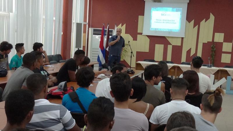 """Panel """"Nova, la distribución cubana de GNU/Linux"""", a cargo del MSc. Yoandy Pérez Villazón, director del Centro de Soluciones Libres (Cesol)."""