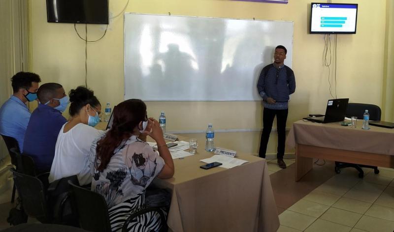 Estudiantes angolanos defienden su tesis de grado