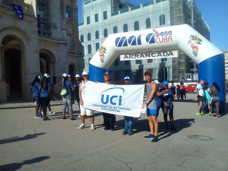 Los premiados junto a los coordinadores del proyecto de maratones de la Universidad, los profesores de la dirección de Deportes, Jesús Prisco Ramos Díaz y Armando Pérez Fuentes.