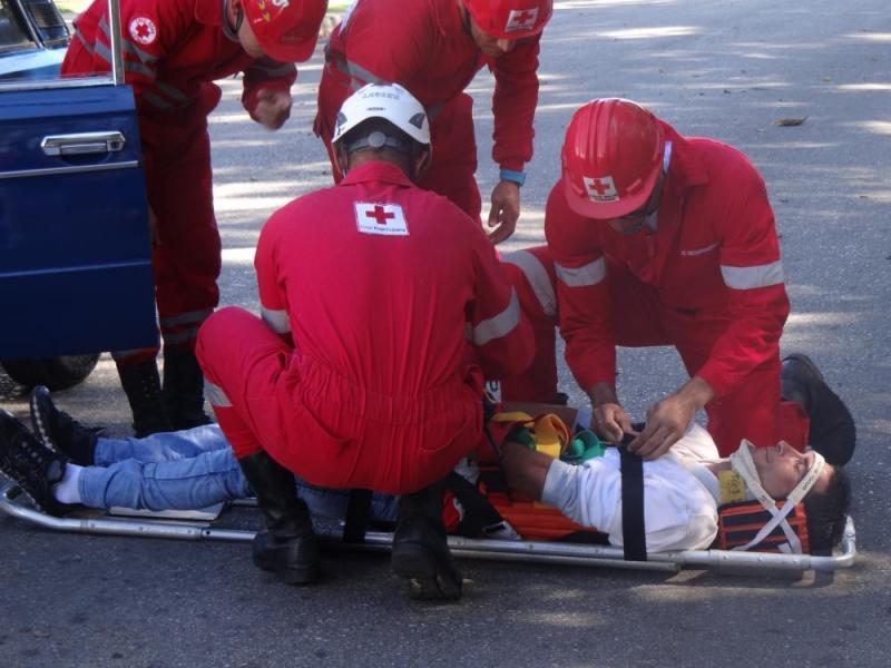Especialistas de la Cruz Roja realizaron una demostración de las acciones a seguir ante un accidente de tránsito.