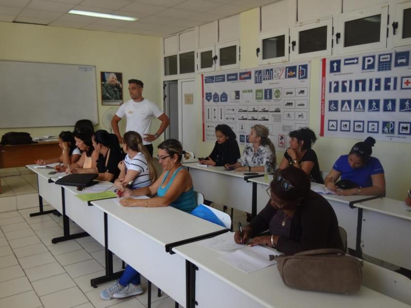El instructor teórico-práctico de la Escuela de Educación Vial y Conducción, Abel Fernández Ortega, impartió el curso de seguridad vial en la Universidad.