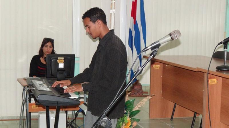 """El momento cultural estuvo a cargo del estudiante de la UCI, José Carlos Mariño, interpretando a piano la obra """"La comparsa"""", de Ernesto Lecuona."""