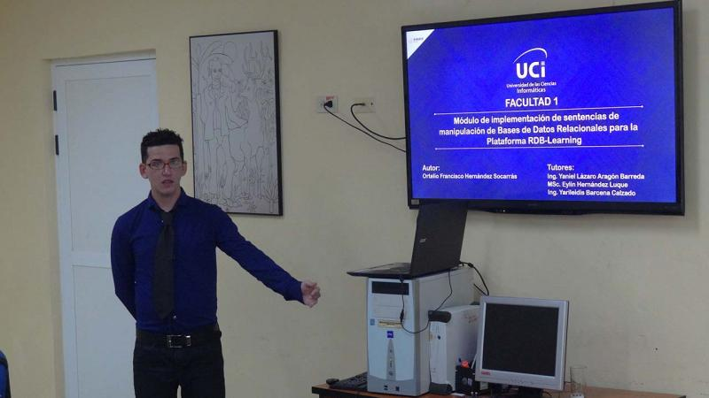 Ortelio Hernández Socarrás mostró excelentes habilidades al exponer el módulo de implementación de sentencias de manipulación de bases de datos relacionales para la plataforma RDB-learning.