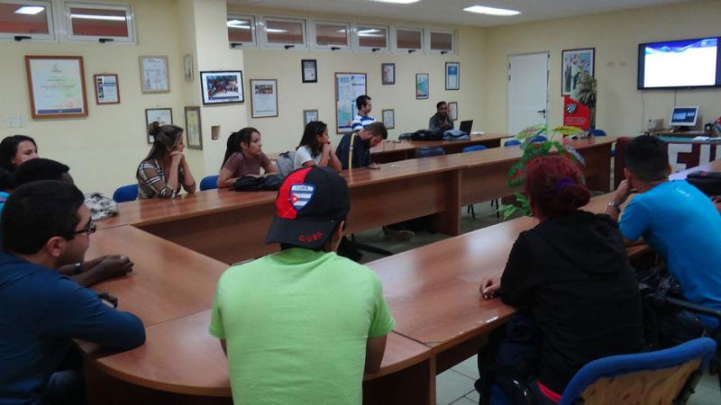 Estudiantes debaten sobre el funcionamiento de su organización durante Congreso en la brigada.