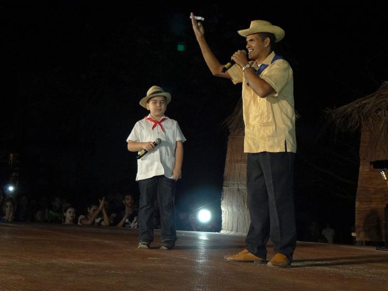 El repentista Idael Muñoz y su discípulo Abel González, movieron al público reunido en este recinto cultural con una controversia que adornaron con un excelente verbo y rima.