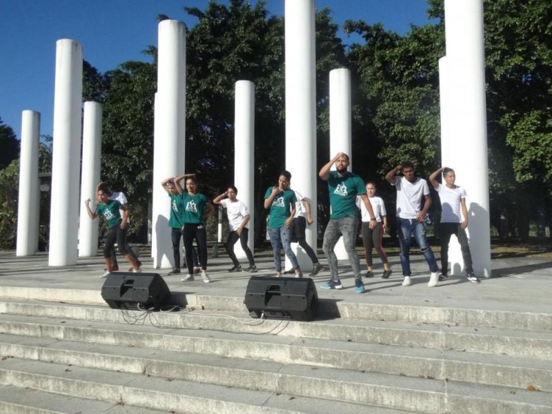 Como colofón de la actividad, el grupo de danza urbana Elementrix brindó su arte a la comunidad universitaria.