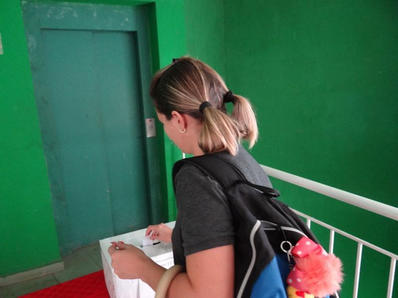 Estudiantes votan en jornada de elecciones.