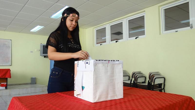 Estudiantes de la Facultad CITEC votan en jornada de elecciones.