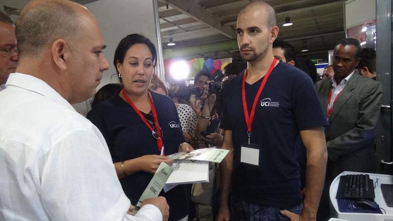 El ministro de Salud Pública, Dr. Roberto T. Morales Ojeda, visita el estand de la UCI en la Feria Salud para Todos 2018.