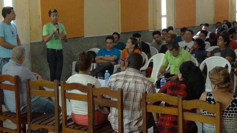 """Representantes de la UCI comparten sus experiencias en escuelas secundarias del municipio de La Lisa como parte del Contingente """"Educando por amor""""."""