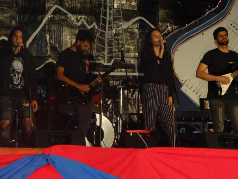 Al ritmo de la música popular cubana y de sonoridades contemporáneas transcurrió el espectáculo Nosotros somos ellos.