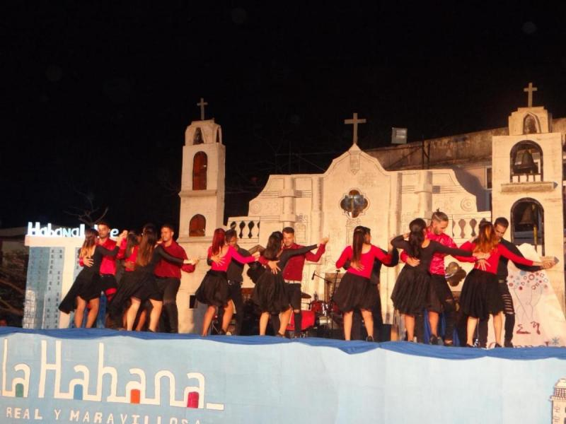 El grupo Factor X baila kizomba.
