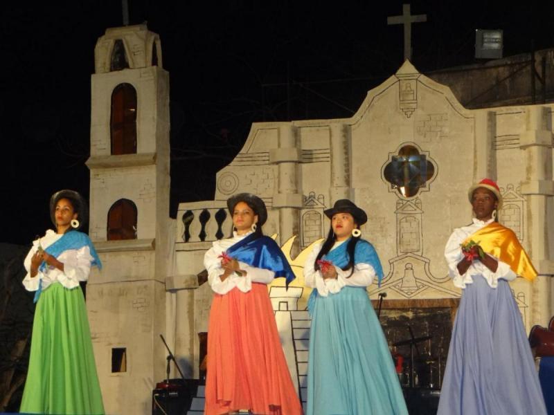 """Los jóvenes de la Facultad 1 bailan la obra """"Fiesta del sol""""."""