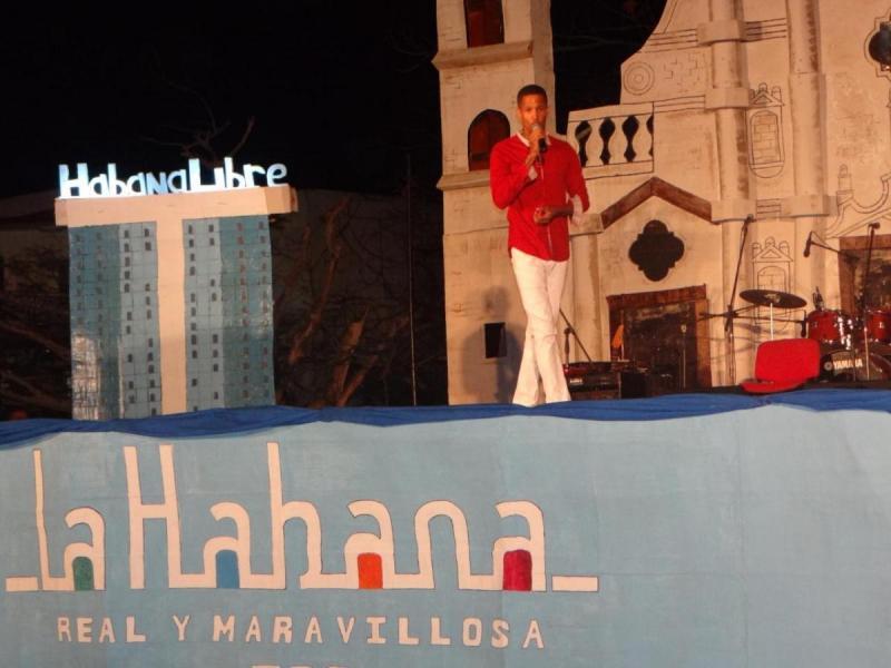 """El estudiante Edgar David López canta el tema """"El triste""""."""