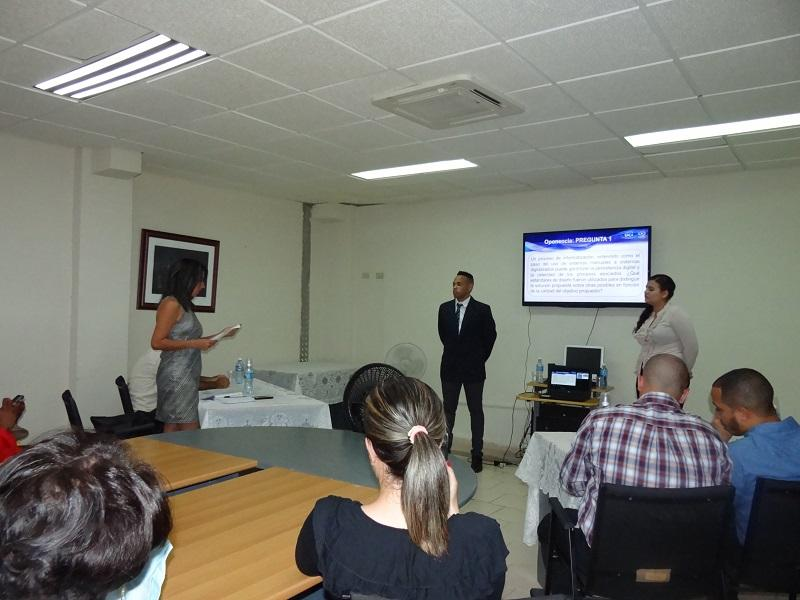 Evaluación de los ponentes en su discusión del proyecto de tesis.