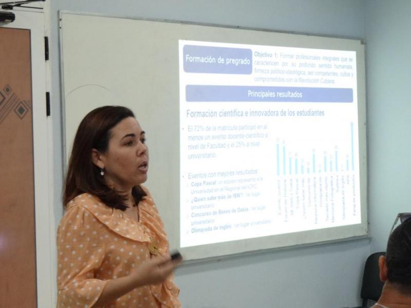 Con profundidad y excelencia, la Decana de la Facultad 4 presentó el comportamiento del cumplimiento de cada objetivo.