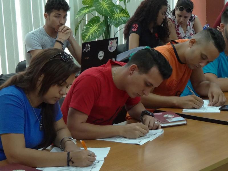 En primer plano, Eliani Cabrera, presidenta de la FEU en la UCI; a su lado, Alejandro Pérez, miembro del Secretariado Nacional de la FEU.