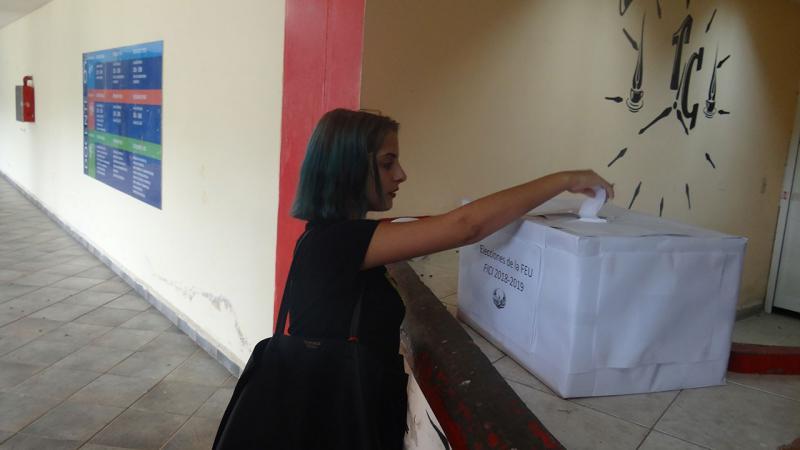 Voto en elecciones de la FEU en la Fici.
