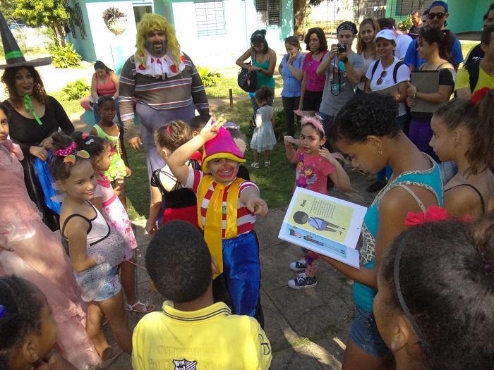Todos los niños recibieron libros, libretas y colores de manos de los participantes.