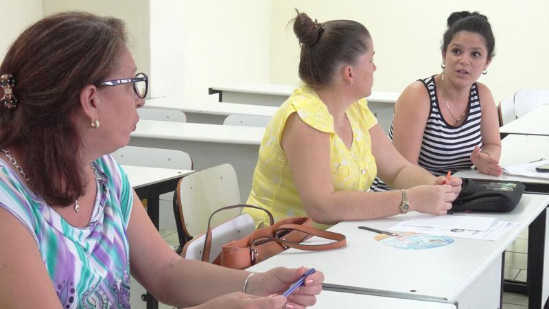 La responsable de Práctica Profesional, Ing. Yanet Cabeza Chávez (al final de la imagen) explica cómo han formado valores de responsabilidad en los estudiantes del Centro de Soluciones Libres (CESOL).