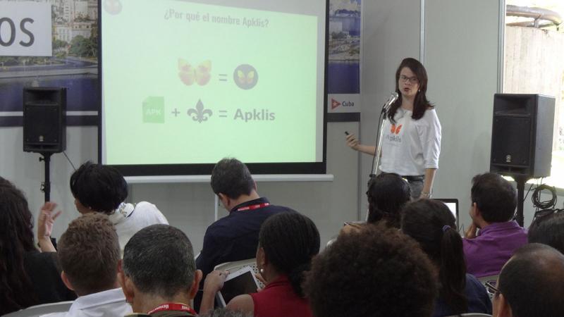 Presentación de una de las aplicaciones desarrolladas por la UCI en conjunto con Etecsa.