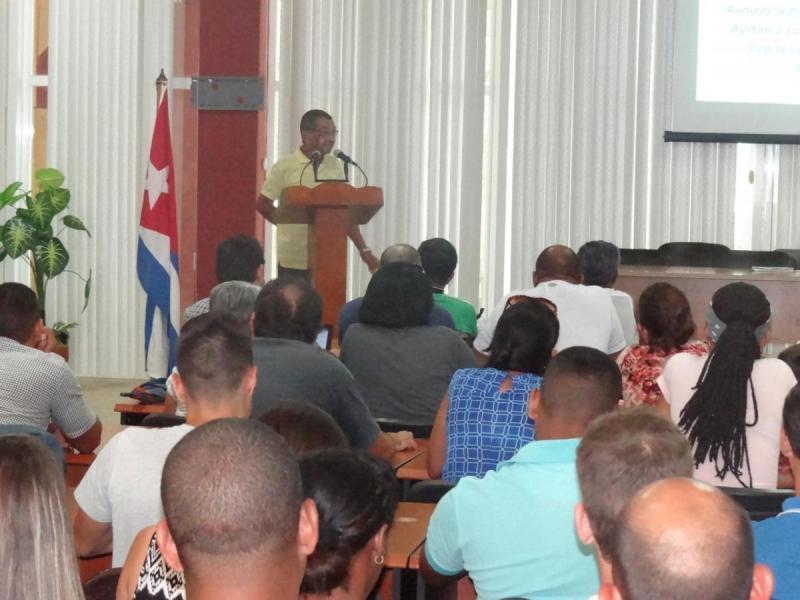 Imparten conferencia sobre las acciones perjudiciales de la Ley Helms-Burton para el pueblo cubano.