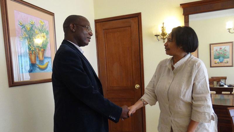 La Dra.C. Miriam Nicado García, rectora de esta institución, compartió ideas con el rector de la Universidad Zambeze de Mozambique, Nobre Roque dos Santos, referente al intercambio estudiantil.