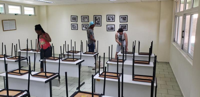 Los alumnos participan activamente en el trabajo socialmente útil en la Universidad.