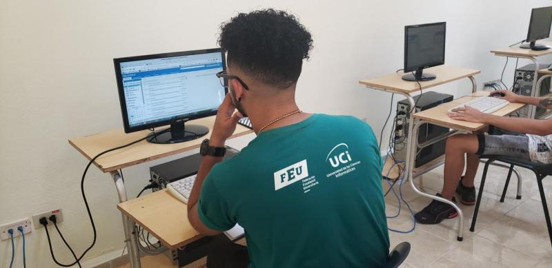 Estudiantes de la Facultad 4 realizan una clase práctica en los laboratorios docentes.