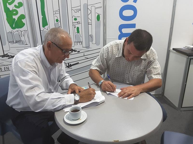 El Dr. Obel Alcides Guerra, director del Hospital Nacional Enrique Cabrera, y el MSc. Rafael Torralbas, director de Transferencia de Tecnología en la Universidad, firmaron un contrato para la puesta en funcionamiento del producto XAVIA PACS-RIS en esta institución de Salud.