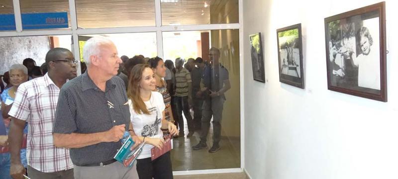 Presidente de la Editorial Ocean Sur en compañía de la Presidenta Nacional de la FEU, dejan abierta la exposición fotográfica dedicada al Che