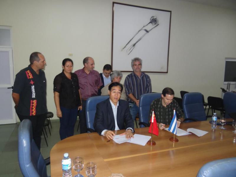 Firma de un convenio de disposición de colaboración por parte del Dr.C. Zhigiang Zhang, director de la Biblioteca del CIC y del Dr.C. Raydel Montesino, vicerrector primero de la UCI.