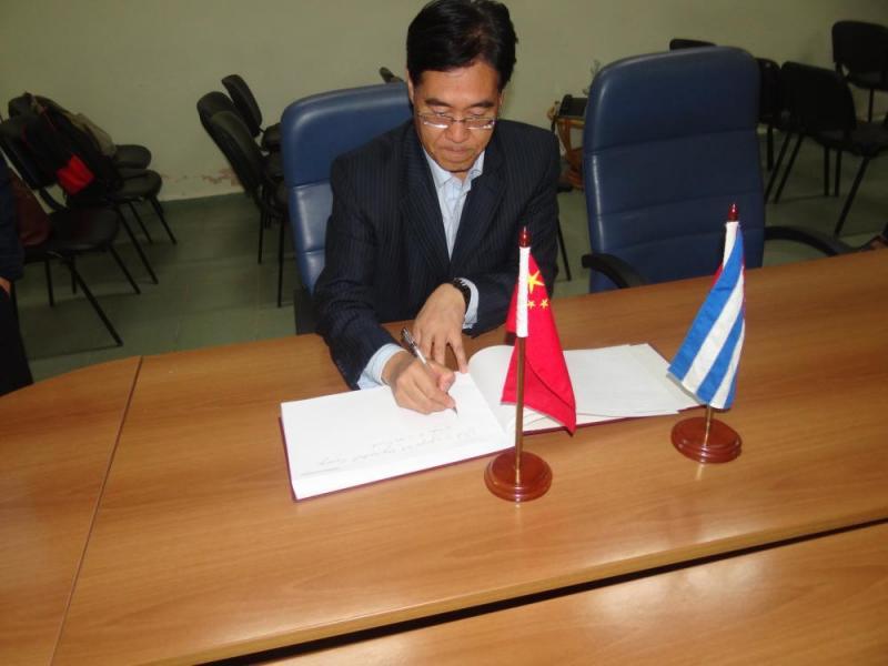 """El Dr.C. Zhigiang Zhang, director de la Biblioteca del CIC, escribió: """"La UCI es una Universidad joven, pero importante en Cuba y el mundo; esperamos que tenga un futuro brillante. Deseamos que haya una colaboración mutua muy buena entre la UCI y la Biblioteca del Centro de Información de Cienciometría."""""""