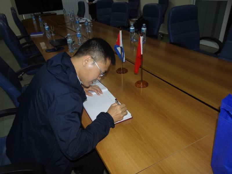 """El Dr.C. Yunwei Chen, director del Departamento de Ciencia y Tecnología, y director ejecutivo de Cienciometría y Evaluación de la Investigación de la Biblioteca del CIC, nos auguró buenos deseos: """"Esperamos que la UCI se convierta en una universidad famosa en el mundo. Deseamos que se establezca una colaboración en los próximos años. Le damos la bienvenida a los profesores y estudiantes para que visiten nuestra Biblioteca""""."""